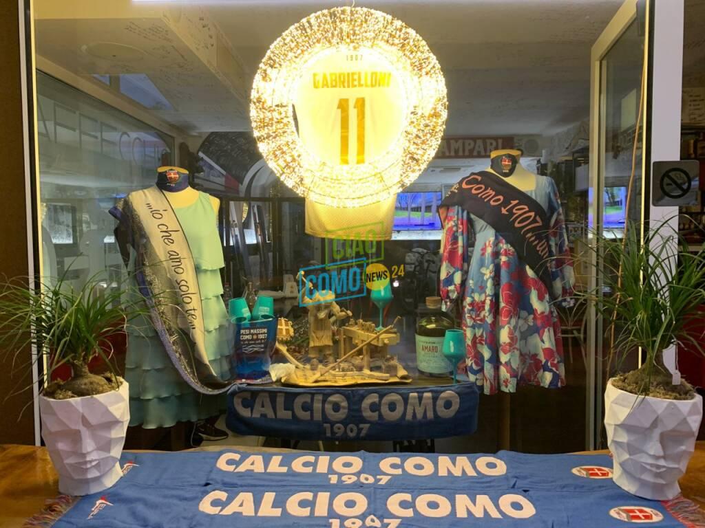 Il Como promosso in B, i tifosi festeggiano da casa o nei bar: la gallery