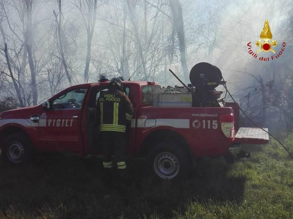 incendio carimate bosco questa sera pompieri
