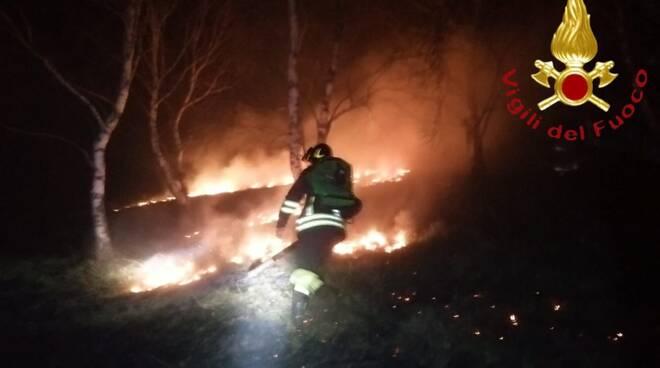 incendio notte monte cornizzolo intervento pompieri buio e fiamme