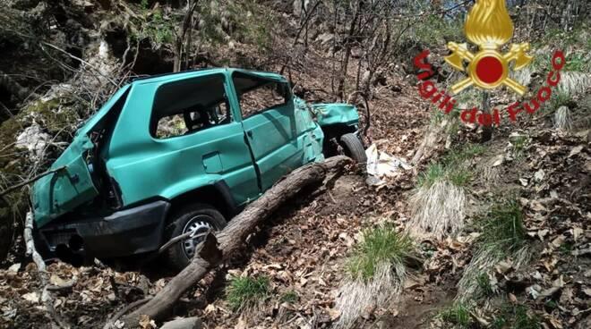 incidente san nazzaro val cavagna, auto esce di strada e finisce nel burrone