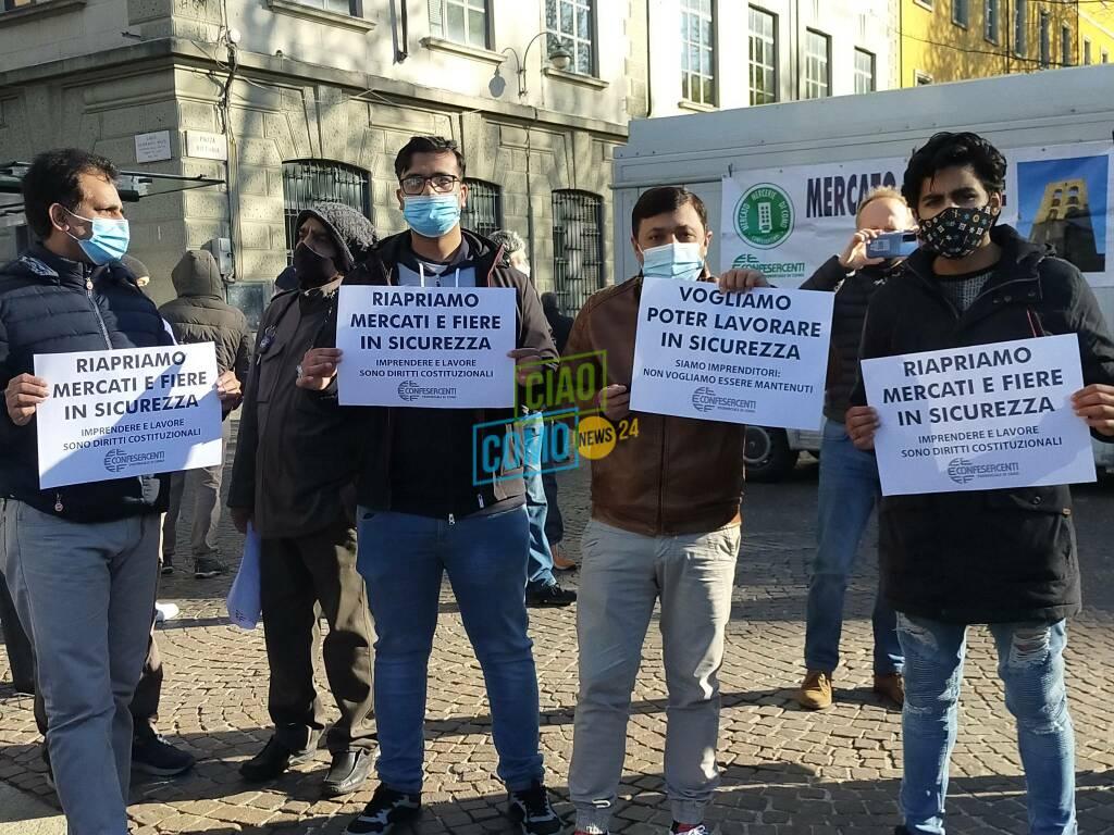 La nuova protesta degli ambulanti a Como: tutti i loro cartelli a Porta Torre