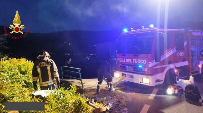 laglio auto nella scarpata recupero del mezzo pompieri