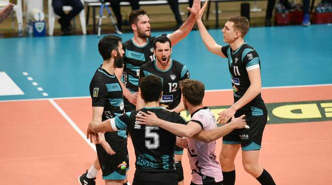 pool libertas cantù supera santa croce e va nei quarti di finale playoff volley maschile