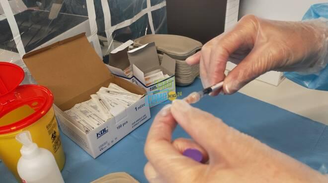 preparazione vaccini anti covid a lurate caccivio hub vaccinale infermiera che prepara dosi