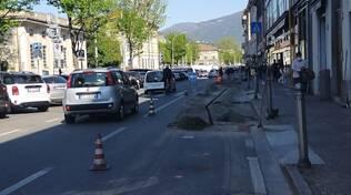 proteste per disagi strade di como, lavori viale levco fibra cartelli e carreggiata ristretta