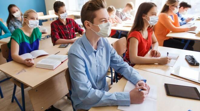 studenti classe ripartenza anno scolastico post covid con mascherine