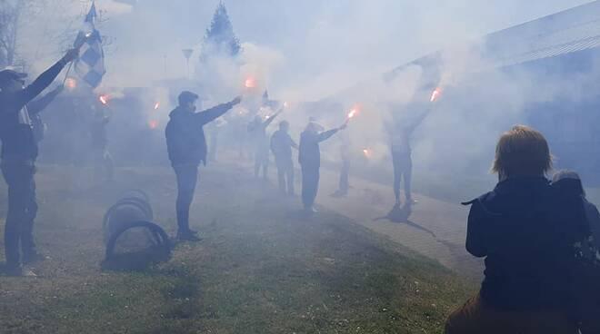 tifosi cantù esterno palazzetto per incitare squadre con torce e sciarpe
