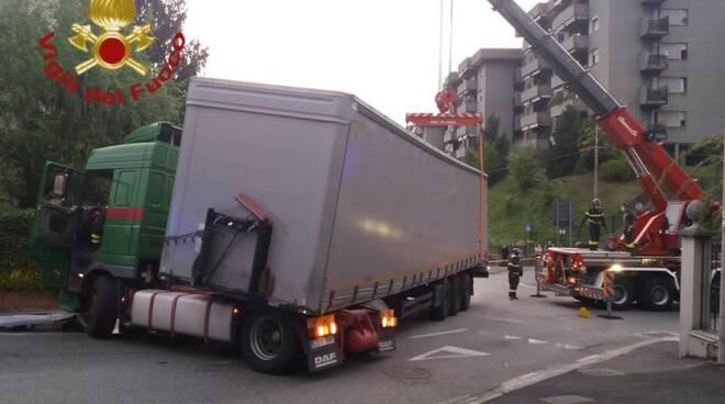 tir straniero bloccato largo silo pompieri per rimetterlo in carreggiata