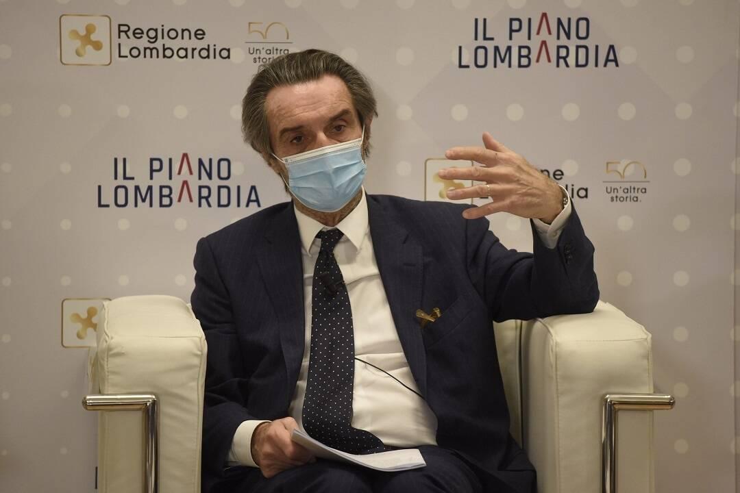 attilio fontana seduto con mascherina annuncio piano vaccini