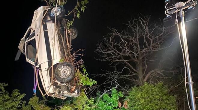 Auto nel lago a San Siro: volo impressionante e il recupero dei Vigili del Fuoco nella notte