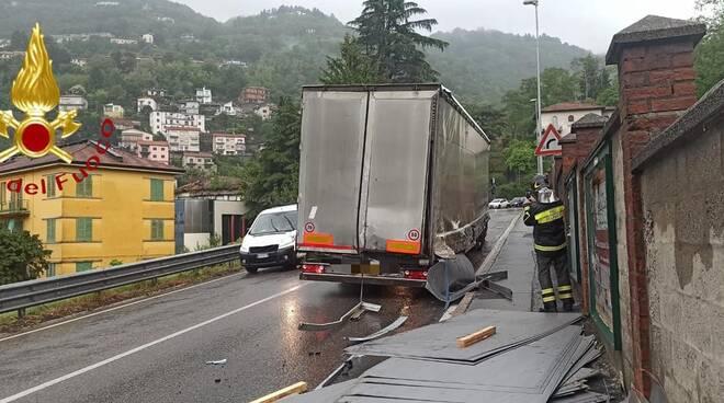autocarro perde il carico statale per lecco e poi blocca la circolazione