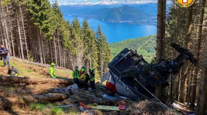 incidente funivia stresa mottarone caduta nel bosco immagini pompieri
