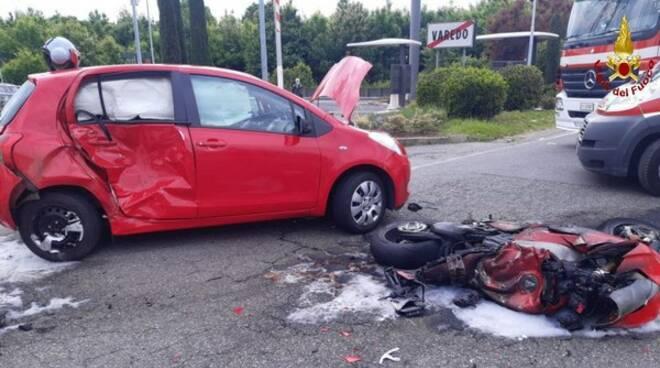 incidente mortale a varedo muore centauro di laglio scontro auto e moto