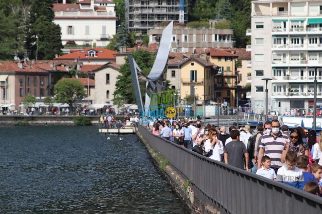 la domenica di sole e folla in centro città e sul lungolago di como