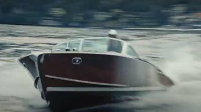 lancio del profumo 2021 trussardi donna lago di como con tritone cantiere matteri