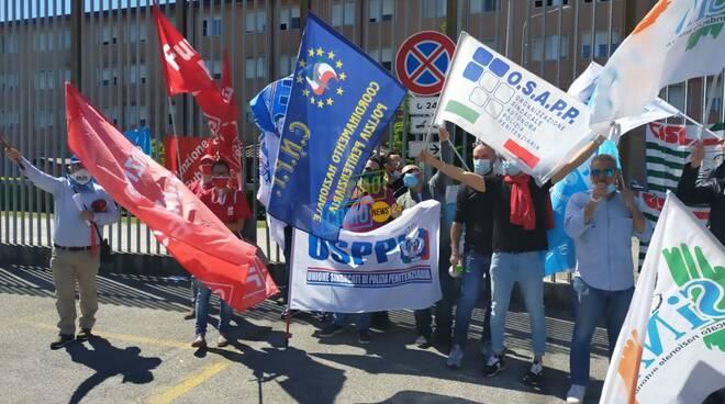 protesta agenti carcere del bassone di como per condizioni di lavoro
