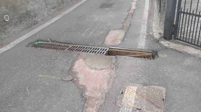 segnalazioni lettori, pericolo in via prestino, griglia tagliata e mai sistemata strada