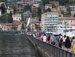 folla a como 2 giugno diga foranea gente e turisti