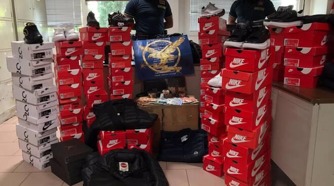 Guardia di finanza sequestro merce contraffatta Arosio
