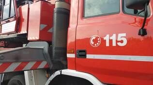 I pompieri recuperano un furgone bloccato in via Imbonati a Como
