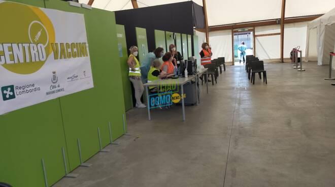 Il primo giorno dell'hub vaccinale di Mariano Comense: volontari e prime dosi