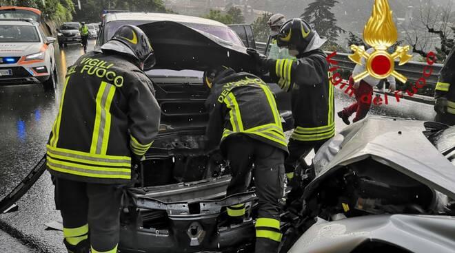 incidente frontale via oltrecolle como auto distrutte pompieri soccorsi