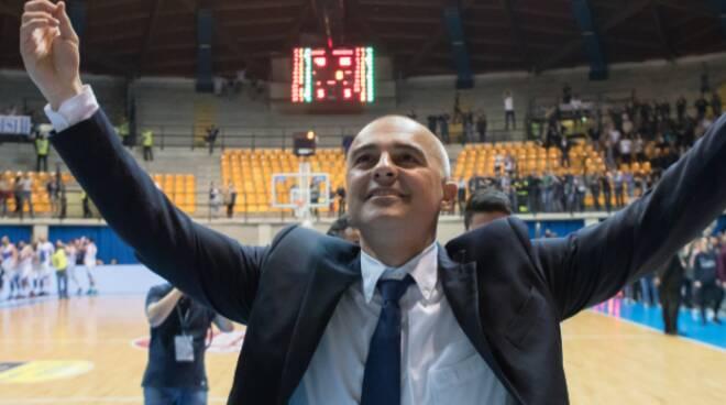 marco sodini allenatore pallacanestro cantù lui in campo