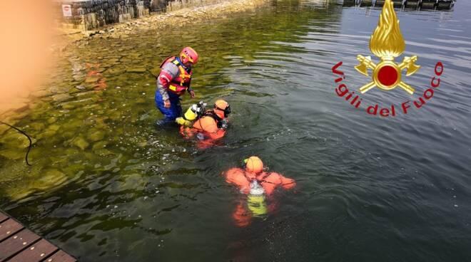 pensionato si tuffa nel lago a claino ed annega, recupoero dei pompieri e sommozzatori
