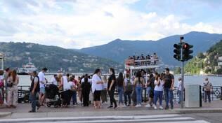 turisti domenica a como gite battello gente lungolago battello lago
