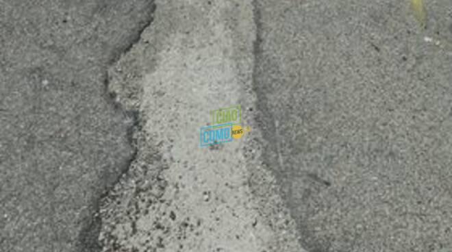 albate marciapiede dissestato in via canturina situazione foto dei lettori