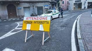 cartello lariana chiusa per smottamento como sant'agostino con polizia locale