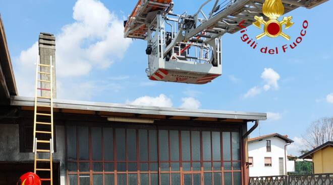 carugo pompieri sul tetto infortunio cade pensionato e muore sul colpo