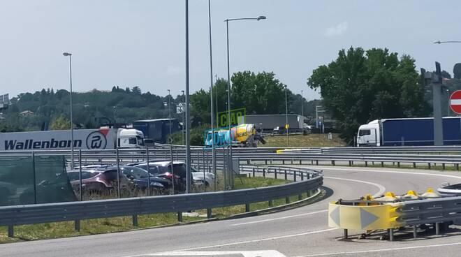cedimento sede stradale verso la svizzera sulla a9 auto e camion in coda polizia locale