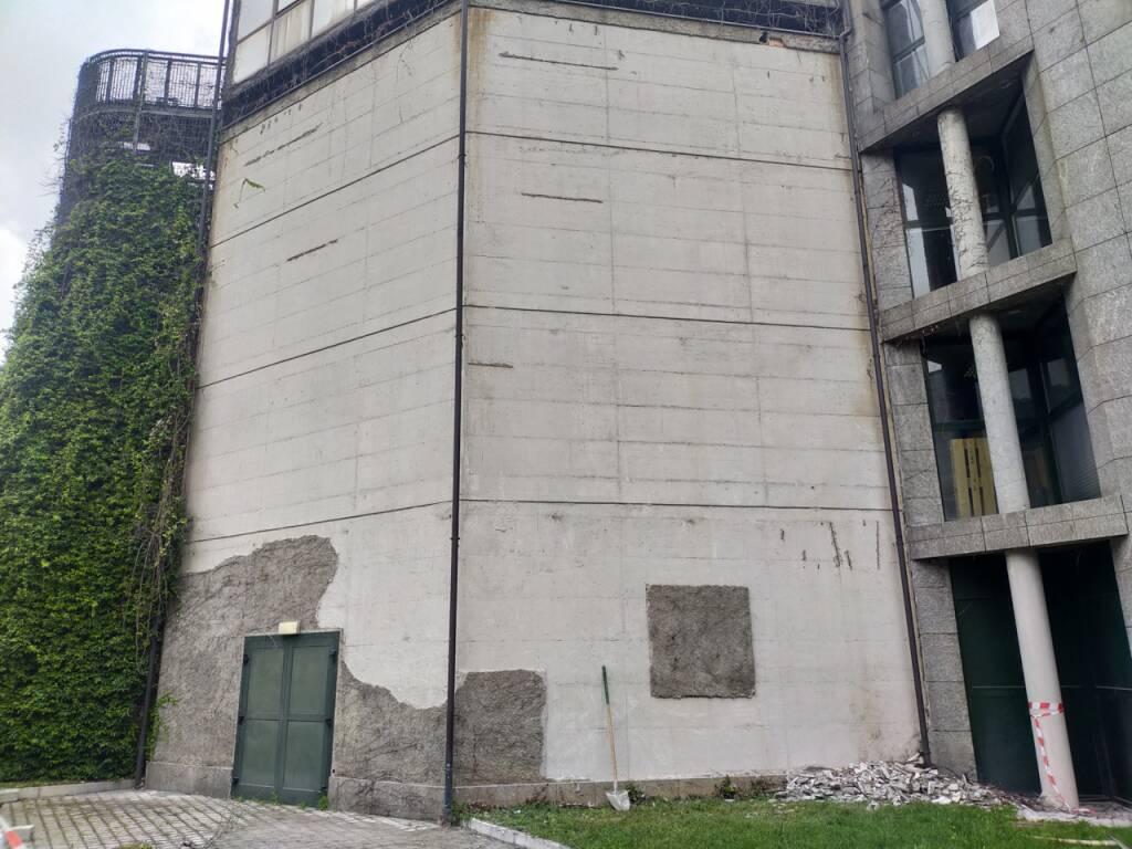 Como, crollo intonaco facciata della palazzina di viale Innocenzo