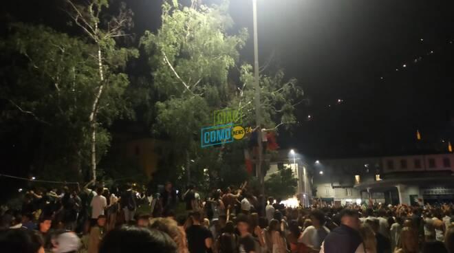 festeggiamenti per italia campione d'europa calcio tifosi in strada e bandiere