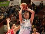 ilia boev pallacanestro cantù in azione maglia san bernardo