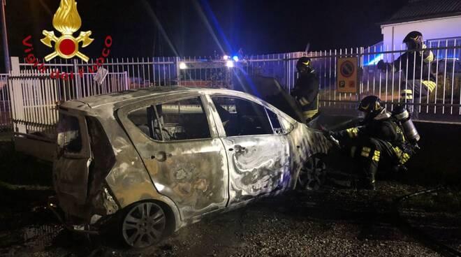 incendio nella notte a carugo via amnzoni pompieri soccorso auto distrutta