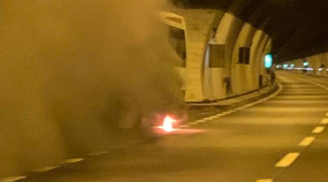 incendio pullman con giovani di lipomo galleria statale 36