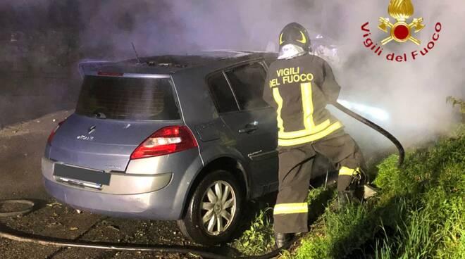 incidente notte pompieri soccorsi valfresca auto fuori strada e incendio