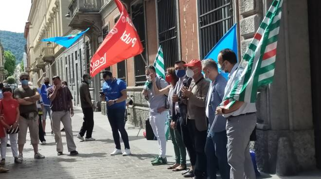 La protesta dei sindacati dei lavoratori di Cà d'Industria fuori dalla prefettura: contratti equi