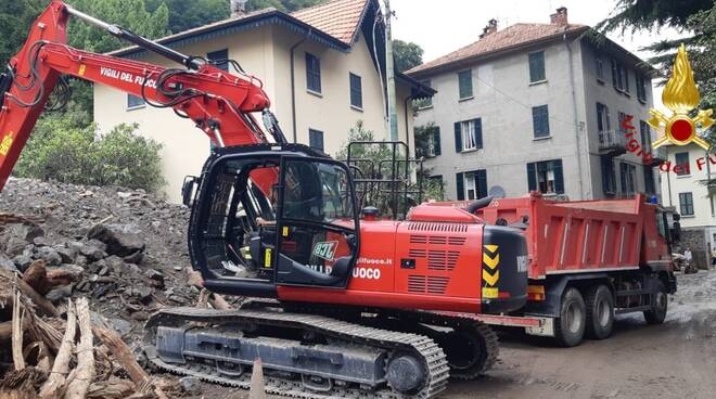 laglio pompieri rimozione massi franati vecchia regina escavatore