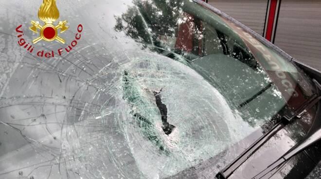 masso sfonda vetro auto di ragazze in transito sulla lariana a lezzeno