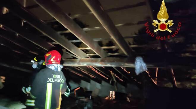 rovello porro fulmine sul tetto casa danni intervento pompieri