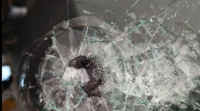sassi dal cavalcavia su auto in trasito sulla a9 post automobilista colpito