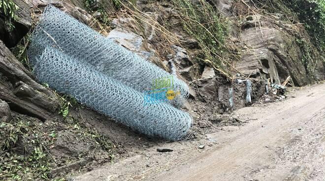 strada lariana oggi dopo la frana di ieri reti e fango