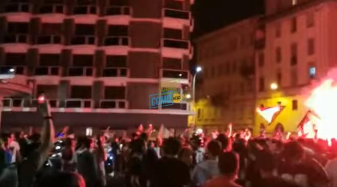 tifosi festeggiano italia in finale a Como zona sant'agostino