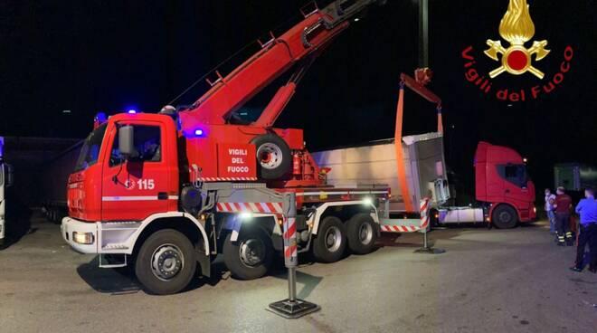 tir perde il rimorchio notte casliano al piano intervento dei pompieri