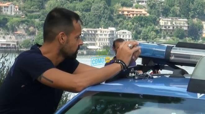 agente polstrada como salva ragazzo dal lago lui vicino ad auto della polizia