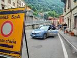agenti polstrada como cartello chiusura regina ad argegno per lavori messa in sicurezza