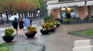 allagamenti e disagi per nubifragio como piazza cavour como e torrente villaguardia